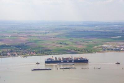 Containerschip MCS vaart voorbij Doel Antwerpse haven