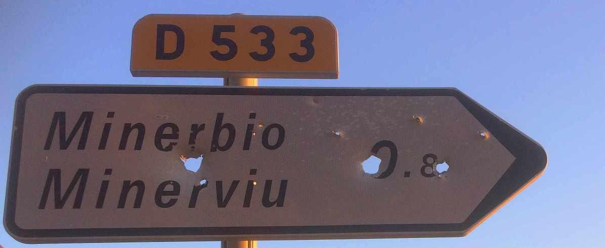 Sacré Cap Corse - Panneau bilingue et ayant servi de cible à Barrettali