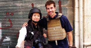 على يمين الصورة جيمس فولي صحفي أمريكي قتل على يد داعش في سوريا، الصورة في حي صلاح الدين حلب، 31 يوليو تموز 2012.