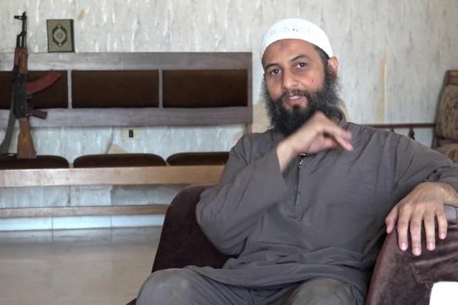 """جهادي سابق في """"تحرير الشام"""" يتحدّى قرار الحظر ويقيم صلاة الجمعة في إدلب"""
