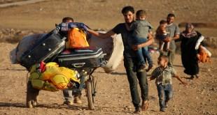 آلاف النازحين في العراء (محمد أبازيد/فرانس برس)