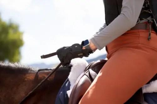 Close of up équestre portant un gilet de sécurité pour l'équitation Tipperary