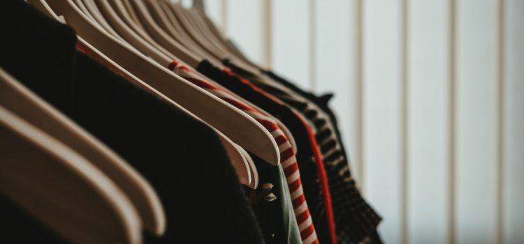 Praktyczne przechowywanie ubrań wszystkie zalety garderoby