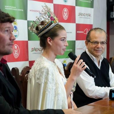 Tatiana comentando su experiencia en conferencia de prensa.
