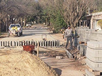 Avanza la pavimentación con adoquines en el barrio Loma Linda