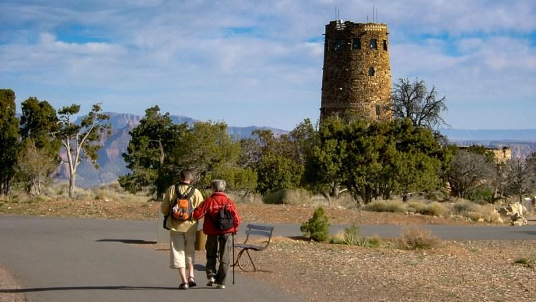 Ein Renterpaar unterwegs zum Desert View Watchtower