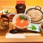 京ぜん羽田空港店の贅沢なハーフ&ハーフ丼とミニ蕎麦のセット♬