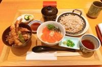 京ぜん(羽田空港)ハーフ&ハーフ丼とミニ蕎麦のセット