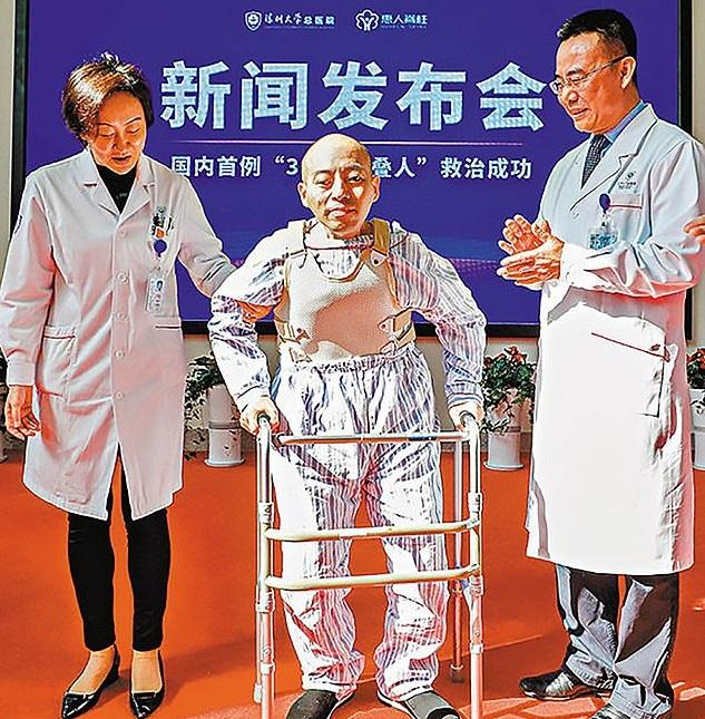Plié en deux depuis 30 ans, ce Chinois arrive à tenir debout après opération