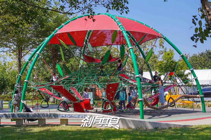 黎新公園 | 台中特色公園 「巨無霸西瓜」攀爬網、核心訓練、互動競技區,等你來挑戰