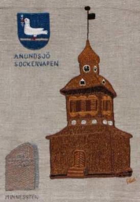 Anundsjö klockstapel och sockenvapen Klockstapeln är en imponerande byggnad i sig. Den uppfördes 1759 av Per Zakrisson i Kubbe. Per Zakrisson, 1723-1780, var bonde i Kubbe Anundsjö och känd som snickare, snidare, smed och mekaniker, men främst som allmogebyggmästare. Framför klockstapeln står en minnessten över Per Zakrisson. Den restes 1959 vid 200-årsfirandet av stapelns tillkomst. Klockstapeln består av tre huvuddelar. Underdelen – som inrymmer själva klockbocken – är utvändigt klädd med grova, tjärade spån. I mellandelen – där klockorna är upphängda – finns ljudöppningar. Överdelen – den lökformade kupolen – är klädd med tunna spån och skild från mellandelen av utrymmet för stapelns urverk och urtavlor.