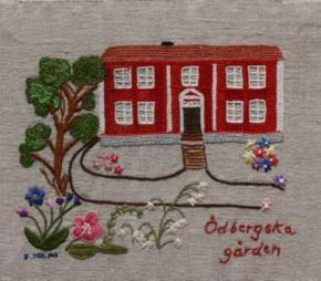 Ödbergska Gården Ödbergska Gården, Örnsköldsviks Hembygdsgård, har en mer än 150-årig historia. Den uppfördes förmodligen på 1700-talet på ett hemman i Sörlungånger som på 1800-talet förvärvades av Johan Ödberg. Omedelbart efter köpingsbildandet 1842 förvärvade han flera tomter i bästa läge invid det blivande torget och dit flyttades denna timmerbyggnad, Lillgården, när Johan Ödberg tog itu med sitt stora nybygge, Träpalatset, som senare kom att bli Hotell Örn, köpingens och stadens medelpunkt innan stadshotellet och rådhuset byggts i början av 1900-talet. Ödbergska Gården drivs och ägs av Johan Ödbergsällskapet.