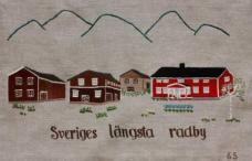 """Sveriges längsta radby Namnet Kubbe kommer från det ursprungliga Gubo eller Gubbo, som betyder """"gudomlig boplats """"och är en av de allra äldsta byarna inom Anundsjö. Byn har funnits sedan minst 1400-talet och gör anspråk på att vara Sveriges längsta radby. Gårdarna byggdes i rad nedanför berget för att spara dyrbar åkermark, därav uttrycket radby. Fortfarande lever många gamla traditioner kvar nästan likadana som på 1500-talet. Att tända marschaller på juldagsmorgonen är en av dem. Sedan några år tillbaka, pryder marschaller hela den en mil långa vägen från Kubbe till Bredbyn för att vägleda julottebesökare, som ska till Anundsjö kyrka."""