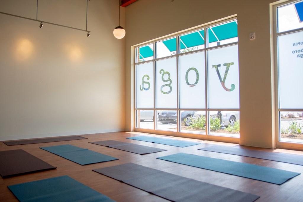 Sala de ioga vazia pronta para os alunos