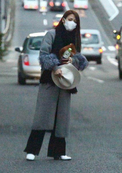 女性 マスク 道路 コート