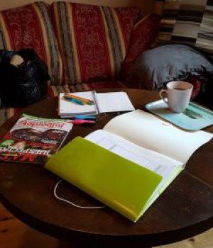 Bild som visar den plats jag brukar använda när jag bloggar och julplanerar.