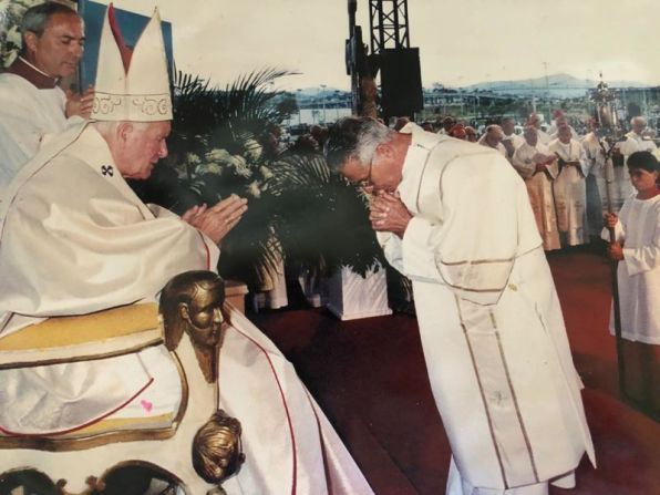 Diácono Licínio Recebendo à Benção do Papa João Paulo II