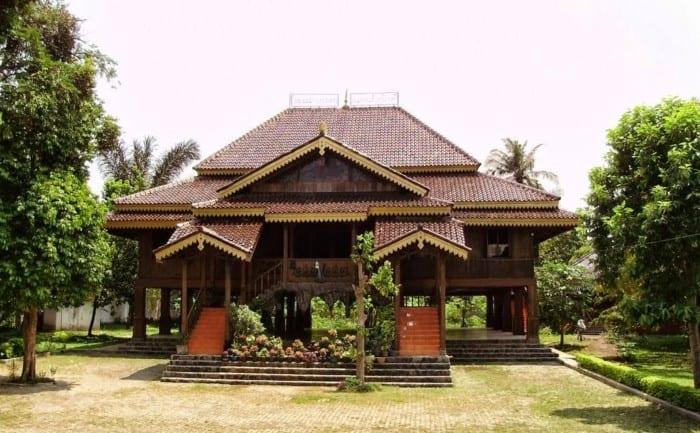 Rumah Adat Lampung Nuwo Sesat