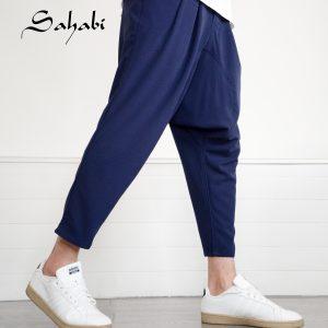 Sarouel bleu officié de la marque sahabi avec basket blanche