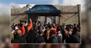 """""""يا بلحمير عار عليك والصحافة كبيرة عليك"""" شعار للمحتجين أمام دار الصحافة + فيديو"""