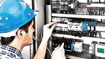 Sähkötyöturvallisuuskoulutus, sähköasentaja työsketelemässä.
