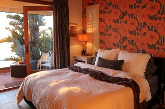 papel-de-parede-floral-laranja-e-cinza-para-quarto-casal-ecletico