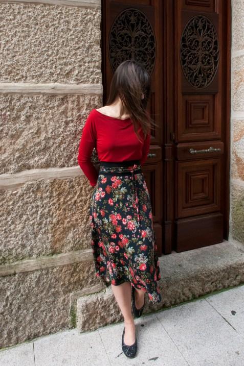 saia midi negra con flores vermellas