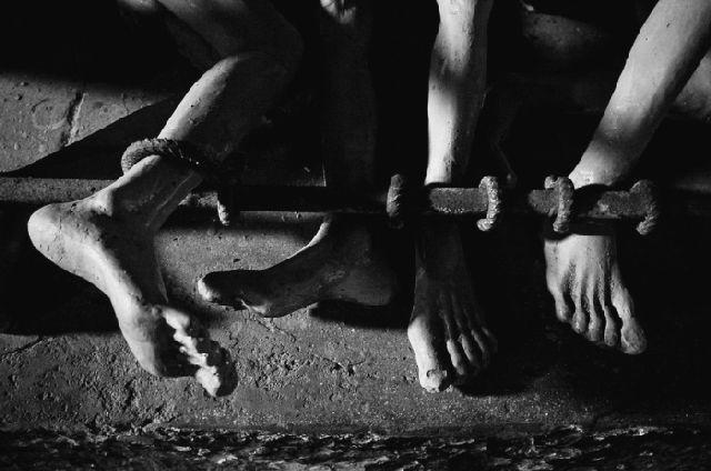 Image result for tù cải tạo bị tra tấn cùm chân