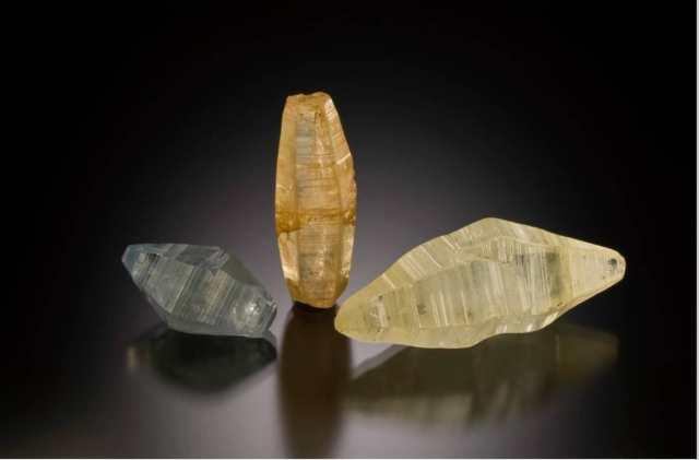 Sapphire crystals from Sri Lanka. Largest 4.3 cm. Photo: Jeff Scovil / Lotus Gemology