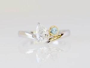 ダイヤモンドと誕生石のアクアマリンを留めたオーダーメイドの婚約指輪
