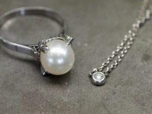 SAIJOでジュエリーリフォーム前のパールが留まったリングとダイヤモンドが留まったネックレス|京都 宇治|ジュエリー