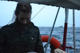 Der Captain am Ruder, die Piraten vor Anker
