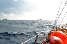 Zwei Boote zwischen zwei Stürmen