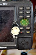Der wichtigste Knopf unseres GPS-Systems will nicht mehr. / The main button of our GPS system came off a while ago.