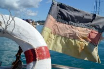 Unsere selbstgenähte Flagge. Blass und zerfetzt. / Our homemade flag - sun-bleached and fringed