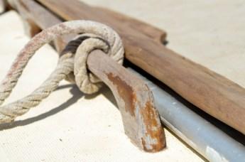 Der Lack ist ab. Sämtliches Holz an Deck benötigt einen neuen Anstrich. / We need new finish for all wooden components.