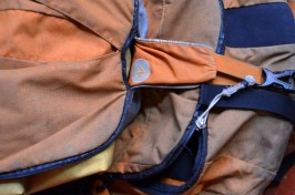 Auch der Rucksack platzt aus allen Nähten. / Small things like ripping seams are also a hazard to our equipment