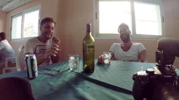 Wir freuen uns ueber zwei Pizzen und eine Flasche Wein fuer nur 3,30 Euro