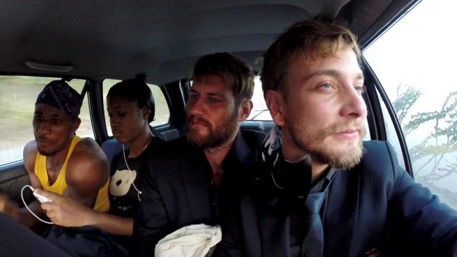 Am nächsten Morgen im Taxi auf dem Weg nach Hause