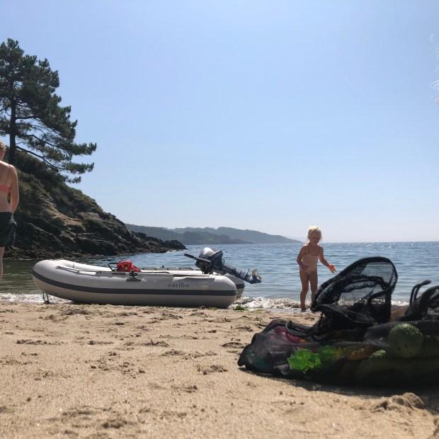 Ankeren anker ankerlier varen baai zeilen kinderen vertrekken vertrekkers zon zee wind strand bijboot