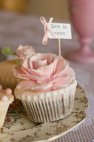 Vintage pearl and lace cupcakes