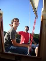 Deux garçons dans le vent