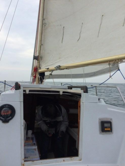 On s'affaire à profiter du bateau pendant que le barreur barre