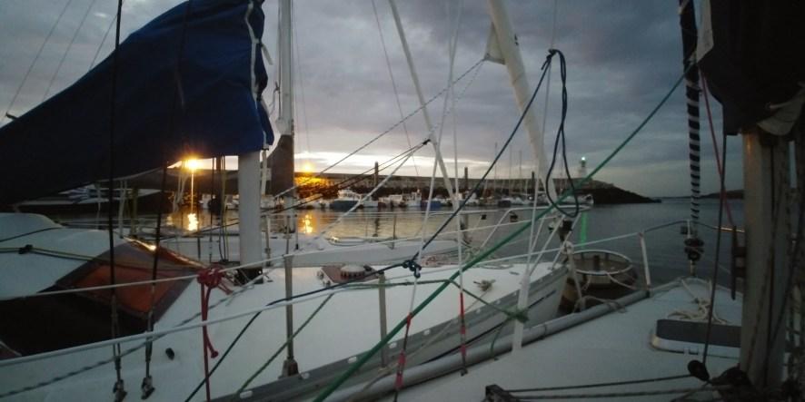 Les bateaux ont évité sur la tonne et montrent l'entrée du port