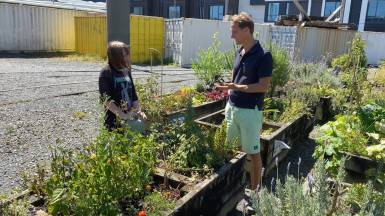 Floris meets a member at Daldy Street Community Garden