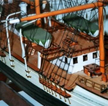Dettaglio del pontecon le scialuppe di salvataggio - Detail of the deck with lifeboats
