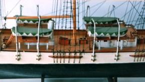 Dettaglio del ponte con la murata e le sartie - Detail of the deck with bulwark and cordage