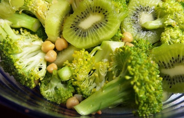 Salade de pois-chiches brocolis kiwis