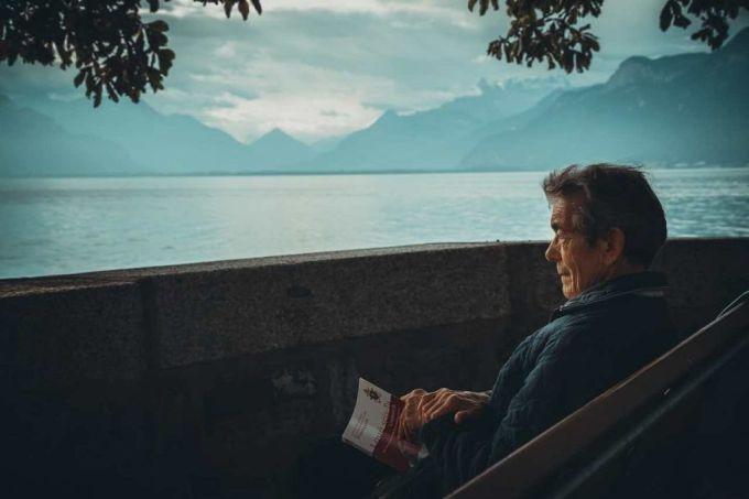 Un retraité veut passer le reste de sa vie à l'hôtel, car c'est moins cher que la maison de retraite