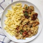 recette de sauce végan aux champignons et beurre de cajou accompagné d'émincé végétal et späztli